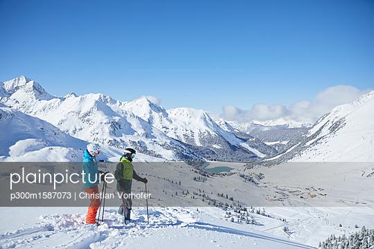 Austria, Tyrol, Kuehtai, two skiers in winter landscape - p300m1587073 von Christian Vorhofer