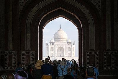 India, Uttar Pradesh, Agra, View of Taj Mahal - p1600m2215372 by Ole Spata