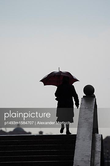 Alte Dame mit Regenschirm im Regen von Venedig - p1493m1584707 von Alexander Mertsch
