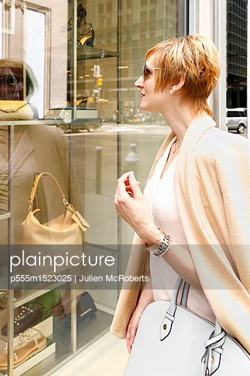 Glamorous Caucasian woman window shopping - p555m1523025 by Julien McRoberts