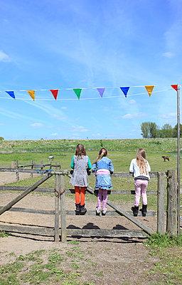Drei Mädchen auf dem Ponyhof - p045m1031243 von Jasmin Sander
