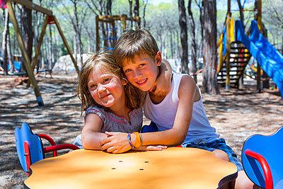 Geschwister auf dem Spielplatz - p076m971281 von Tim Hoppe