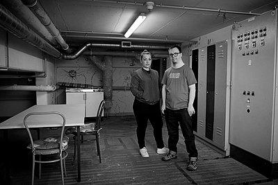 Junges Paar im Keller - p1164m1424497 von Uwe Schinkel