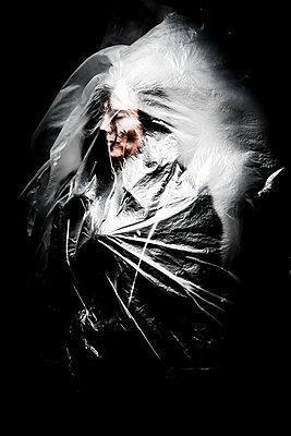 Frau hinter einer Folie - p750m2055514 von Silveri