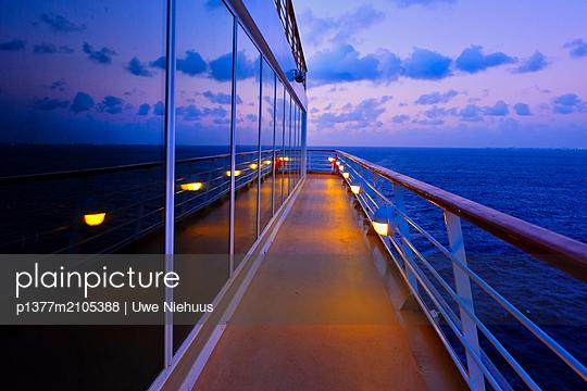 Caribbean, Caribs, Caribbean sea, Cruise ship - p1377m2105388 by Uwe Niehuus