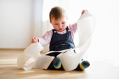 Baby erforscht Toilettenpapierrolle - p1196m1201700 von Biederbick & Rumpf