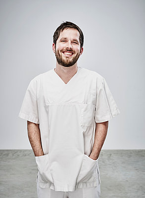 Portrait of male nurse with beard - p1312m1514858 by Axel Killian