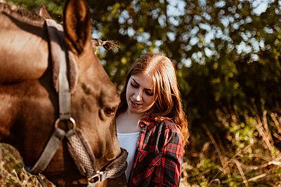 Velilla de San Antonio, Madrid, Spain, Young woman washing her horse at the farm - p300m2256333 von Manu Reyes