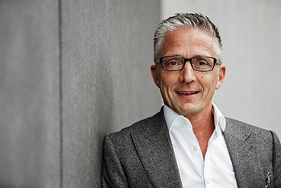 Smiling male investor with eyeglasses - p300m2277431 by Sandro Jödicke
