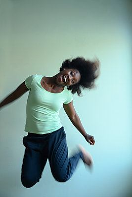 African woman dancing - p427m2285916 by Ralf Mohr