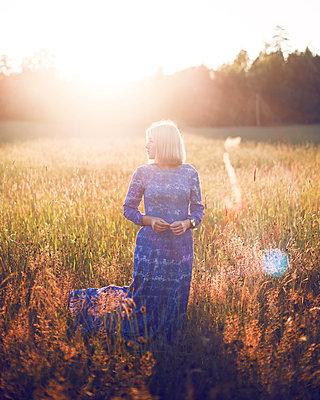 Summer girl - p1507m2027752 by Emma Grann