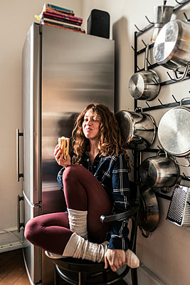 Junge Frau in der Küche - p586m1144104 von Kniel Synnatzschke