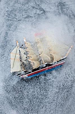 Spielzeugschiff in Eis - p971m987176 von Reilika Landen