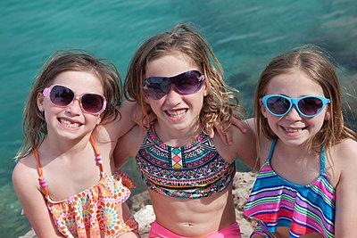 Drei süße girls zusammen am Meer - p045m1591426 von Jasmin Sander