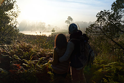 Silhouette young couple hiking and enjoying tranquil nature view - p1023m2212847 by Trevor Adeline