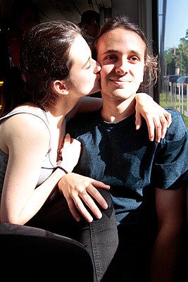 Junges Paar in der Tram  - p258m1444964 von Katarzyna Sonnewend