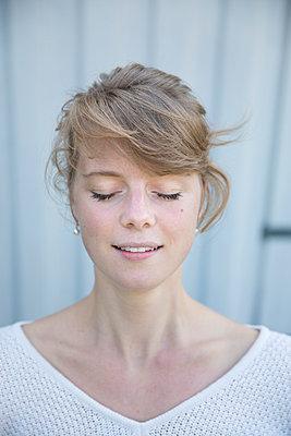 Portrait of a young woman - p552m925956 by Leander Hopf