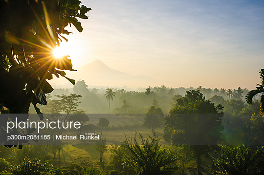 Indonesia, Java, early morning view from the Borobudur Temple Complex on the scenery around - p300m2081185 by Michael Runkel