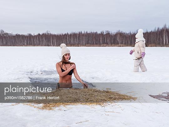 junge Russin mit Tochter beim Eisbaden in Moskau - p390m1582786 von Frank Herfort