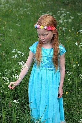 Mädchen träumt auf Blumenwiese - p045m1044154 von Jasmin Sander