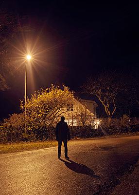 Mann im Licht der Straßenlaterne - p1124m1193546 von Willing-Holtz