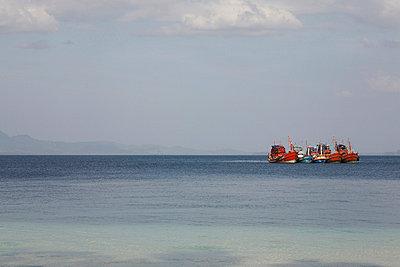 Fünf Fischerboote in Thailand - p6060040 von Iris Friedrich