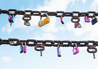 Locks on a chain - p1093m918024 by Sven Hagolani