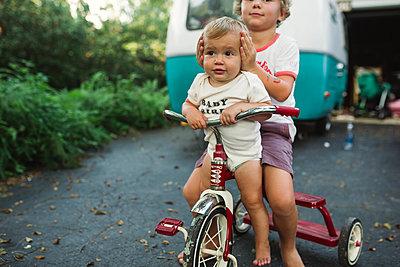 Bruder und Schwester auf einem Dreirad - p1361m1502033 von Suzanne Gipson