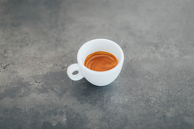 High angle view of fresh espresso on table at cafe - p301m1482526 by Norman Posselt