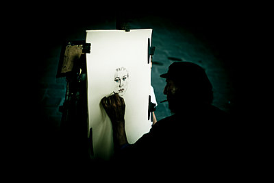 Man drawing portrait of a woman - p445m1159657 by Marie Docher