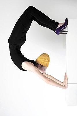 Frau in einer Yoga Pose - p567m720814 von Maria Stijger