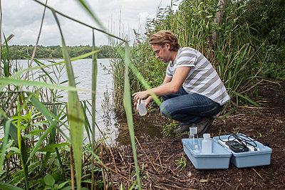 Wasserprobe entnehmen I - p830m881339 von Schoo Flemming