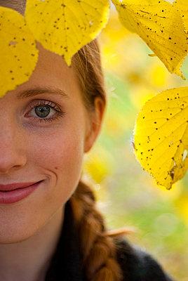 Portrait einer jungen Frau - p2200752 von Kai Jabs