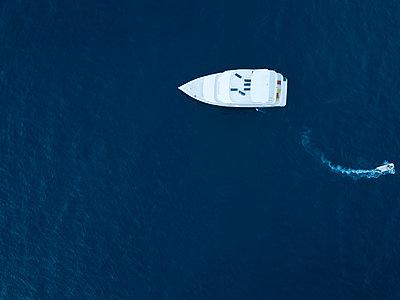 Maldives, Aerial view of yacht and small boat - p300m2023909 von Konstantin Trubavin