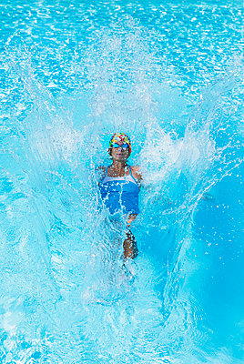 Woman swimming in clear blue swimming pool - p300m2266318 by Gaby Wojciech