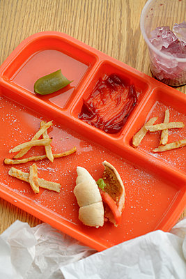 Lunch tray with food remains - p555m1478226 by John Block