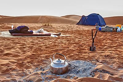Overnight stay in the desert - p631m913062 by Franck Beloncle