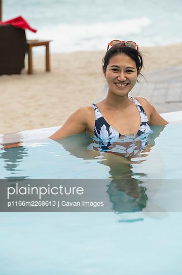 woman enjoying the pool at the tropical island of Koh Phangan - p1166m2269613 by Cavan Images