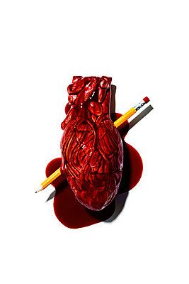 Bleistift durchbohrt ein Herz - p1094m1559743 von Patrick Strattner