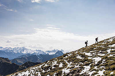 Germany, Bavaria, Oberstdorf, two hikers walking up alpine meadow - p300m1537702 by Uwe Umstätter