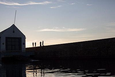 Sea wall - p596m1110807 by Ariane Galateau