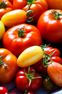 Various sorts of tomatoes, close-up - p300m2078999 by Dieter Heinemann