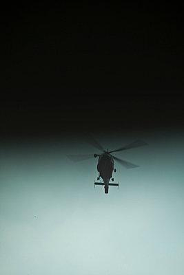 hubschrauber fliegt ins schwarze - p627m670861 by Chris Keller