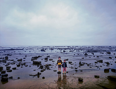 Young boys on ocean shore - p1125m943662 by jonlove