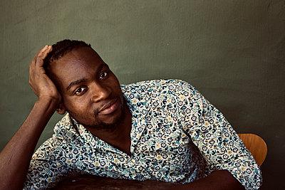 Dark-skinned man, portrait - p1640m2242075 by Holly & John