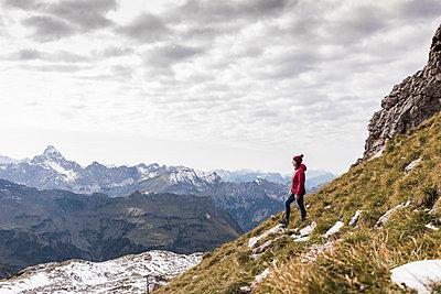 Germany, Bavaria, Oberstdorf, hiker in alpine scenery - p300m1537383 by Uwe Umstätter