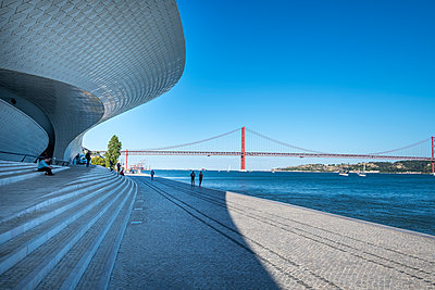 Portugal, The MAAT museum in Lisbon, with the bridge of April 25 in the background - p335m2177631 by Andreas Körner