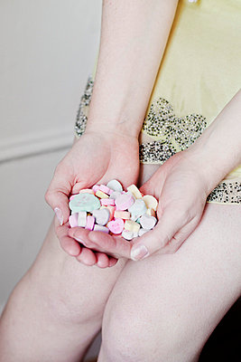 Young woman with sugar candy - p956m658615 by Anna Quinn