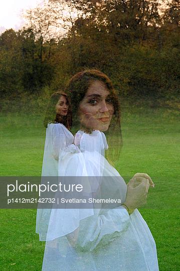 Schwangere Frau in weißem Kleid - p1412m2142732 von Svetlana Shemeleva