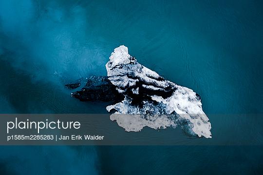Floating iceberg - p1585m2285283 by Jan Erik Waider